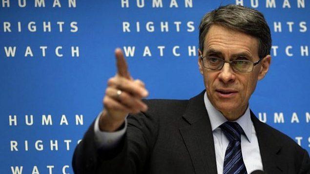 كينيث روث، المدير التنفيذي لمنظمة 'هيومن رايتس ووتش'، يتكلم خلال المؤتمر الصحفي السنوي للمنظمة غير الحكومية في برلين، ألمانيا، 21 يناير، 2014. (AP Photo/Michael Sohn)