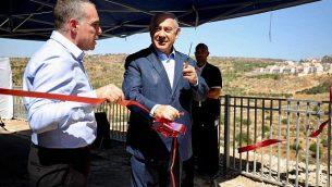 رئيس الوزراء بنيامين نتنياهو بفتتح متنزها جديدا في مستوطنة إفرات بالضفة الغربية في 31 يوليو، 2019، يرافقه رئيس المجلس المحلي لمستوطنة إفرات عوديد رفيفي. (Courtesy)