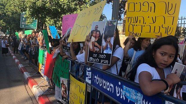 عمال فيليبنيون يتظاهرون ضد اعتقال وترحيل أطفال من أبناء العمال الأجانب في إسرائيل أمام منزل رئيس الوزراء في القدس، 24 يوليو، 2019.  (Sue Surkes)