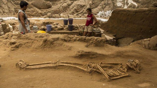 قبر من القرن التاسع -العاشر قبل الميلاد في عمليات تنقيب أثرية  لمقبرة فلستينية تقوم بها 'بعثة ليون ليفي إلى عسقلان' (Tsafrir Abayov/Leon Levy Expedition)
