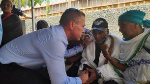 وزير الأمن العام غلعاد إردان يقدم التعازي لعائلة سولومون تيكاه (19 عاما)، الذي قُتل برصاص ضابط شرطي، مما تسبب باندلاع احتجاجات عنيفة، 4 يوليو، 2019. (courtesy)