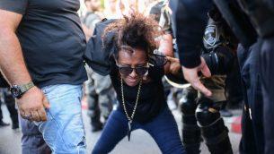 عناصر شرطة يعتقلون متظاهرين ضد عنف الشرطة في اعقاب مقتل سولومون تيكاه (19 عاما) في تل ابيب، 3 يوليو 2019 (Tomer Neuberg/Flash90)