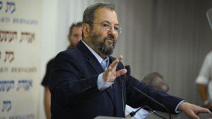 رئيس الوزراء الأسبق إيهود باركا يتكلم خلال مؤتمر صحفي أعلن فيه عن تشكيل حزب سياسي جديد في تل أبيب، 26 يونيو، 2019. (Flash90)