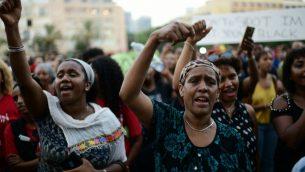 صورة توضيحية: اثيوبيون اسرائيليون يتظاهرون ضد عنف الشرطة والتمييز في تل ابيب، 8 يوليو 2019 (Tomer Neuberg/Flash90)