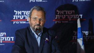 إيهود باراك، رئيس حزب 'إسرائيل ديمقراطية' يتكلم خلال حدث انتخابي في تل أبيب، 26 يونيو، 2019.(Hadas Parush/Flash90)