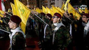 مناصرو 'حزب الله' يشاركون في مسيرة لإحياء 'يوم القدس' في بيروت، لبنان، 31 مايو، 2019.  (AP Photo/Hassan Ammar)