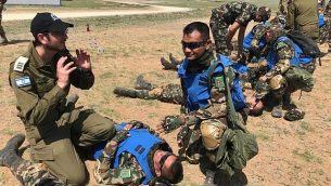 النقيب في الجيش الإسرائيلي، كوبي فايسمل، يقوم بترديب عناصر من قوات حفظ السلام التابعة للأمم المتحدة من نيبال خلال مناورة 'خان كويست' في منغوليا، يونيو 2019.  (Israel Defense Forces)