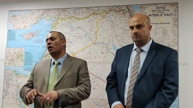 رجلا الأعمال الفلسطينيان أشرف الجعبري (يمين) وأشرف غانم (يسار) يتحدثان خلال مؤتمر صحفي في وسط القدس، 2 يوليو، 2019. (Adam Rasgon/Times of Israel)