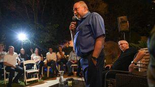 رئيس حزب 'يسرائيل بيتنو'، أفيغدرو ليبرمان، يتكلك في اجتماع انتخابي أقيم في رمات غان، 9 يوليو، 2019. (Shachar Azran)