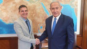 إيفان كوهين، على يسار الصورة، مع رئيس الوزراء بنيامين نتنياهو. (GPO)