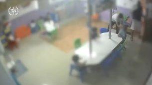 صورة شاشة من فيديو يظهر اساءة مفترضة داخل حضانة في روش هعاين، نشرته الشرطة في 4 يوليو 2019 (screen capture: Israel Police)