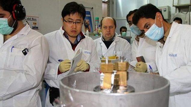 مفتشون من الوكالة الدولية للطاقة الذرية في مفاعل نووي إيراني في نطنز، 20 يناير، 2014. (IRNA/AFP Kazem Ghane)