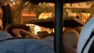 اشخاص يختبئون تحت طاولات خلال اطلاق نار داخل مقهى في مدينة مكسيكو، 24 يوليو 2019 (screen capture: YouTube)