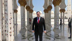 وزير الخارجية يسرائيل كاتس في جامع الشيخ زايد الكبير في ابو ظبي، خلال مؤتمر مناخي اممي في المدينة، اواخر يونيو 2019 (Courtesy Kat's office)