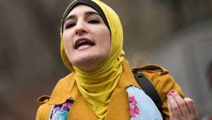 الناشطة ليندا صرصور تتحدث خلال حدث 'نساء من أجل سوريا' في يونيون سكوير في مدينة نيويروك، 13 أبريل، 2017.  (Drew Angerer/Getty Images via JTA)