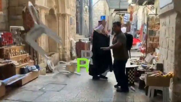 صورة شاشة من فيديو يظهر المدون السعودي محمد سعود يتعرض لمضايقة اثناء زيارة للحرم القدسي والبلدة القديمة في القدس (screen capture: Twitter)