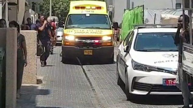 موقع جريمة الطعن بالقرب من مركز شبيبة مجتمع الميم 'بيت درور' في تل أبيب، 26 يوليو، 2019.  (Screen capture: Channel 13)