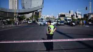 الشرطة تغلق شارعا خلال احتجاجات ضد عنف الشرطة في تل أبيب في 3 يوليو، 2019، في أعقاب مقتل الشاب من أصول إثيوبية، سولومون تيكاه، برصاص شرطي خارج الخدمة.   (Tomer Neuberg/Flash90)