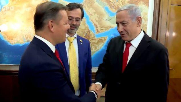 رئيس الوزراء بنيامين نتنياهو يرحب بأوليه لياشكو من الحزب الراديكالي الأوكراني في القدس، 10 يوليو 2019 (Screencapture/Twitter)