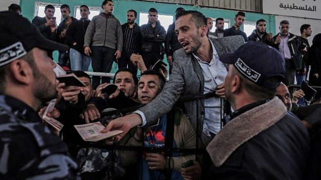 فلسطينيون يحتشدون في معبر رفح في انتظار السفر إلى مصر بعد فتح المعبر لمدة ثلاثات أيام للحالات الانسانية، في جنوب قطاع غزة، 12 أبريل، 2018.  (AFP PHOTO / SAID KHATIB)
