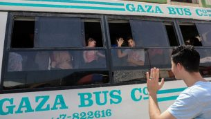فلسطينيون ينتظرون السفر الى مصر عبر معبر رفح، في جنوب قطاع غزة، 18 مايو 2018 (AFP Photo/Said Khatib)