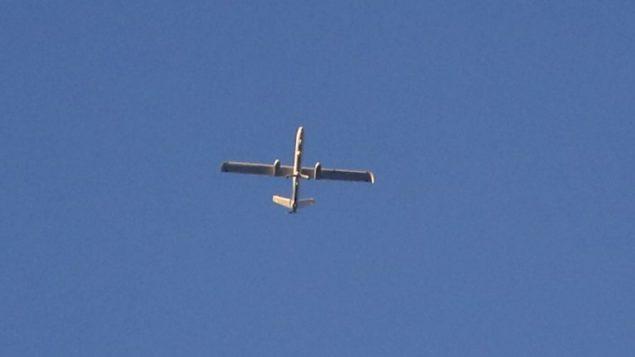 طائرة مسيرة اسرائيلية من طراز 'هرمس 450' تحلق فوق الحدود بين اسرائيل وقطاع غزة، 29 مايو 2018 (AFP/Jack Guez)