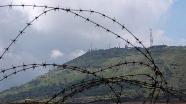 موقع عسكري إسرائيل في الجولان تم تصويره من مدينة القنيطرة السورية، 26 مارس، 2019.  (Louai Beshara/AFP)