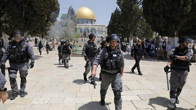 قوات الامن في الحرم القدسي، بعد اندلاع اشتباكات بين الشرطة ومصلين مسلمين في اعقاب ظيارة يهود للموقع في 'يوم القدس'، 2 يونيو 2019 (Ahmad Gharabli/AFP)