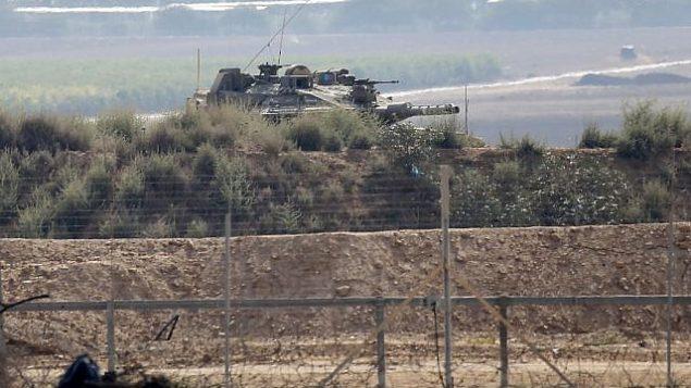 صورة تم التقاطها من خان يونس في جنوب قطاع غزة لدبابة إسرائيلية بالقرب من السياج الحدودي مع القطاع الساحلي في 1 أغسطس، 2019، في أعقاب تبادل لإطلاق النار مع مسلح فلسطيني. (Said Khatib/AFP)