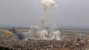 الدخان يتصاعد في اعقاب قصف مفترض من قبل الحكومة السورية في بلدة خان سيخون في محافظة ادلب، 23 مايو 2019 (Anas Al-Dyab/AFP)
