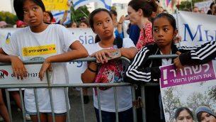 أطفال فلبينيون يحملون لافتات خلال تظاهرة ضد ترحيلهم في تل أبيب، 6 أغسطس، 2019. (Gil COHEN-MAGEN / AFP)