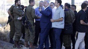رئيس الوزراء بنيامين نتنياهو يتفقد الموقع الذي عُثر فيه على جثة جندي إسرائيلي خارج الخدمة مع علامات طعن عليها بالقرب من مستوطنة ميغدال عوز بالضفة الغربية، 8 أغسطس، 2019.  (MENAHEM KAHANA / AFP)