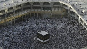 حجاج مسلمون يتجمعون حول الكعبة، أقدس مزارات الإسلام، في المسجد الحرام في مدينة مكة المكرمة في السعودية في 8 أغسطس 2019، قبل بدء الموسم السنوي للحج في المدينة المقدسة.( FETHI BELAID / AFP)