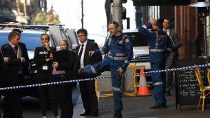 عناصر الشرطة في ساحة هجوم، بعد طعن رجل لامرأة ومحاولته طعن اخرين في مركز مدينة سيدني الاسترالية، 13 اغسطس 2019 (Saeed KHAN / AFP)