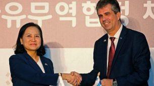 وزيرة التجارة الكورية الجوبية يو ميونغ هي (يسار) ووزير الاقتصاد والصناعة الإسرائيلي إيلي كوهين في صورة مشتركة بعد التوقيع على اتفاق تجارة حرة بين إسرائيل وكوريا الجنوبية في القدس، 21 أغسطس، 2019.  (Gil COHEN-MAGEN / AFP)