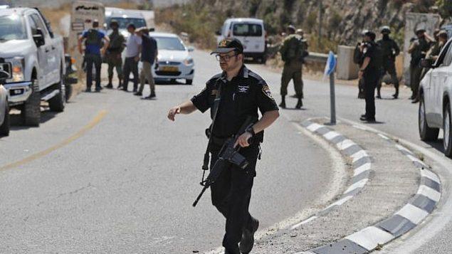قوات الأمن الإسرائيلية في موقع انفجار قنبلة بالقرب من  مستوطنة دوليف الإسرائيلية بالضفة الغربية، 23 أغسطس، 2019، والذي أسفر عن إصابة ثلاثة أشخاص. (Ahmad GHARABLI / AFP)