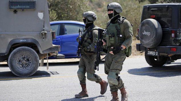 جنود إسرائيليون في موقع انفجار قنبلة بالقرب من  مستوطنة دوليف الإسرائيلية بالضفة الغربية، 23 أغسطس، 2019، والذي أسفر عن إصابة ثلاثة أشخاص. (Ahmad GHARABLI / AFP)