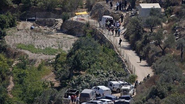 طواقم طبية وأمنية إسرائيلية تصل إلى موقع انفجار قنبلة بالقرب من  مستوطنة دوليف الإسرائيلية بالضفة الغربية، 23 أغسطس، 2019، والذي أسفر عن إصابة ثلاثة أشخاص. (Ahmad GHARABLI / AFP)