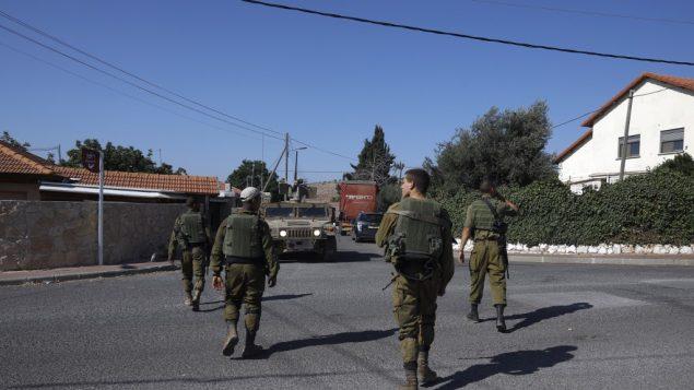 جنود اسرائيليون يجرون دورية في قرية افيفيم في شمال اسرائيل، بالقرب من الحدود مع لبنان، 26 اغسطس 2019 (JALAA MAREY / AFP)