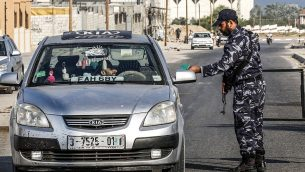 قوات امن حماس توقيف سيارة في حاجز في خان يونس، جنوب قطاع غزة، 28 اغسطس 2019 (Said Khatib/AFP)