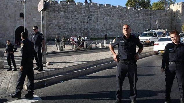 عناصر من الشرطة الإسرائيلية في شارع 'السلطان سليمان' بالقرب من مدخل 'باب الساهرة' إلى البلدة القديمة في القدس، 19 سبتمبر، 2016. (AFP/Menahem Kahana)