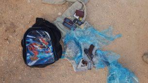 مسدسات وذخائر عُثر عليها داخل حقيبة يحملها رجلين فلسطينيين دخلا اسرائيل من شمال الضفة الغربية، 5 اغسطس 2019 (Israel Defense Forces)