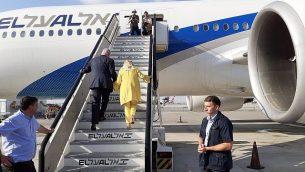 رئيس الوزراء بنيامين نتنياهو وزوجته سارة يصعدان الطائرة متوجهين الى أوكرانيا في 18 أغسطس، 2019. (Raphael Ahren/Times of Israel)