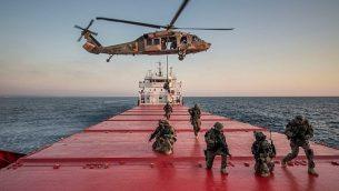قوات خاصة إسرائيلية وأمريكية تحاكي الاستيلاء على سفينة تجارية تحمل سلع مهربة في البحر الأبيض المتوسط في إطار التمرين البحري الكبير 'نوبل روز'  في أغسطس 2019.  (Israel Defense Forces)