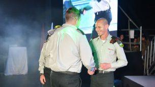 الجنرال رافي ميلو، يقدم وسام لقائد سلاح الهندسة، لدوره في عملية الدرع الشمالي (IDF)