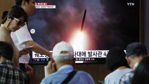 اشخاص يشاهدون صور لاطلاق كوريا الشمالية عدة صواريخ على شاشة تلفاز داخل محطة قطارات في سيول، كوريا الجنوبية، 1 اغسطس 2019 (AP Photo/Ahn Young-joon)