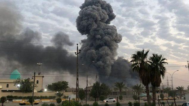 الدخان يتصاعد بعد انفجار في قاعدة عسكرية تقع جنوب غرب بغداد، العراق، 12 اغسطس 2019 (AP Photo/Loay Hameed)