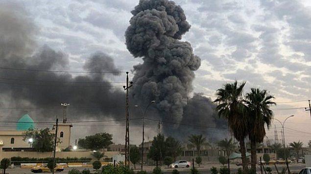 في هذه الصورة التي تم التقاطها في 12 أغسطس، 2019، تظهر سحب الدخان تتصاعد بعد انفجار في قاعدة عسكرية بشمال غرب بغداد، العراق.  (AP Photo/Loay Hameed)