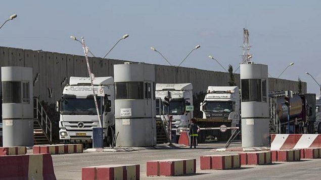 شاحنات إسرائيلية محملة بوقود ديزل تدخل معبر 'كيريم شالوم' على الحدود بين إسرائيل وغزة، 11 أكتوبر، 2018. (AP Photo/Tsafrir Abayov)