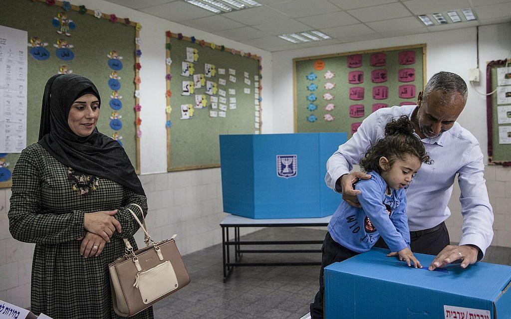 عائلة تدلي بصوتها خلال الإنتخابات في مدينة رهط البدوية، 9 أبريل، 2019.  (AP/Tsafrir Abayov)